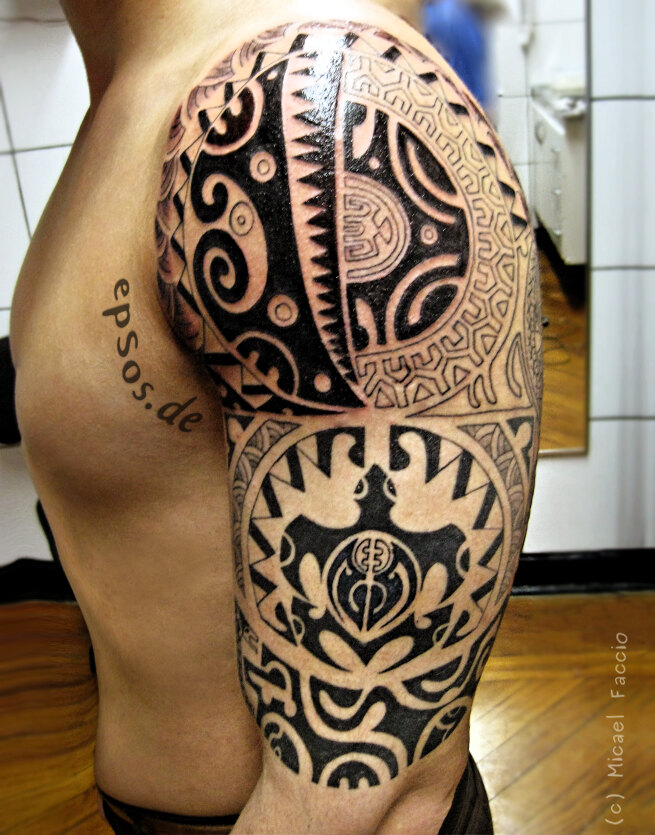 Best Polynesian tattoo designs for shoulder of Maori men.