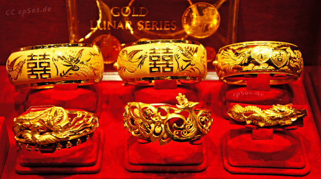 Luxury jewelry shop for gold bracelets.