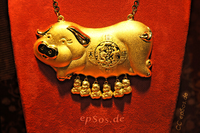 Golden pig from Chinese gold jewelry shop.