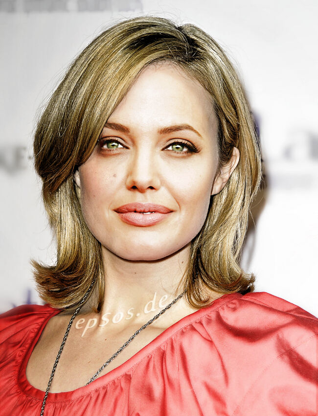 Blonde Angelina Jolie loves Short Hairstyles | epsos.de